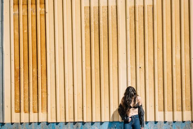 Молодая женщина позирует в ее бюстгальтер