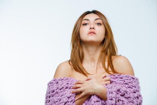 니트 옷을 입고 포즈를 취하는 젊은 여자