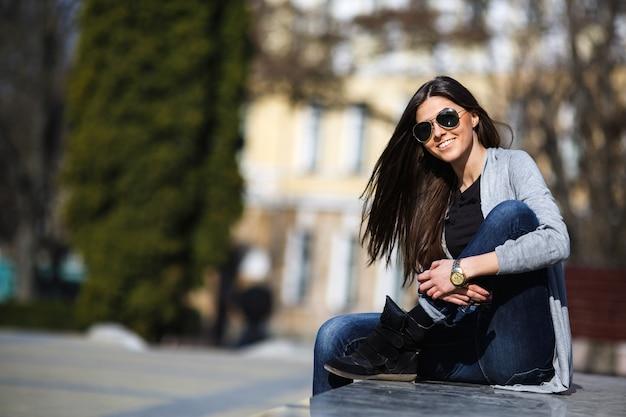 Молодая женщина позирует в городе