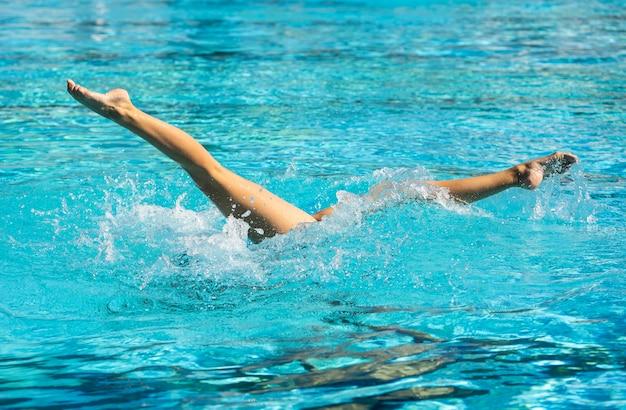 Giovane donna in posa all'interno della piscina