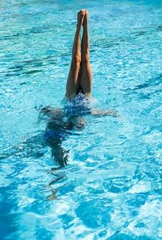 수영장 안에 포즈를 취하는 젊은 여자