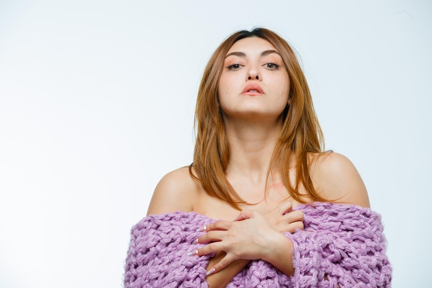 Giovane donna in posa in maglieria