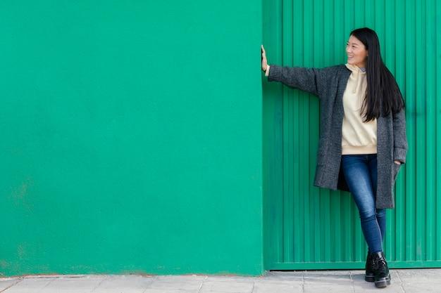 屋外でポーズをとる若い女性