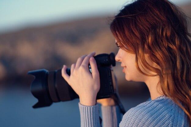 若い女性が美しい風景でポーズ