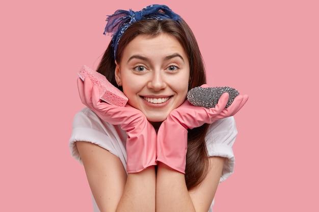 Молодая женщина позирует с чистящими средствами