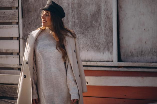 ファッションコートでポーズをとる若い女性