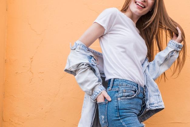 Молодая женщина позирует с руки в кармане