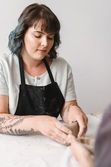 若い女性の陶芸家が皿を作る土鍋