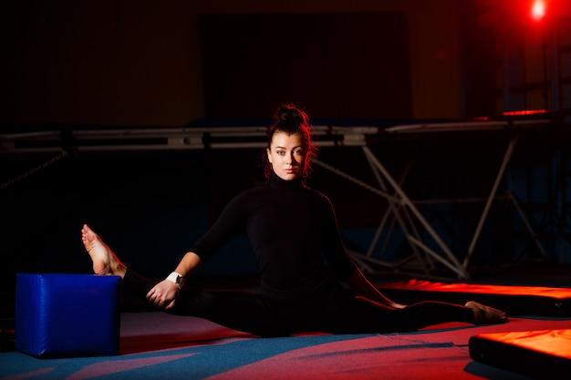 젊은 여자는 꼬기 앉아 연습합니다. 체육관에서 체조를 하 고 운동 소녀입니다. 활동적인 라이프 스타일