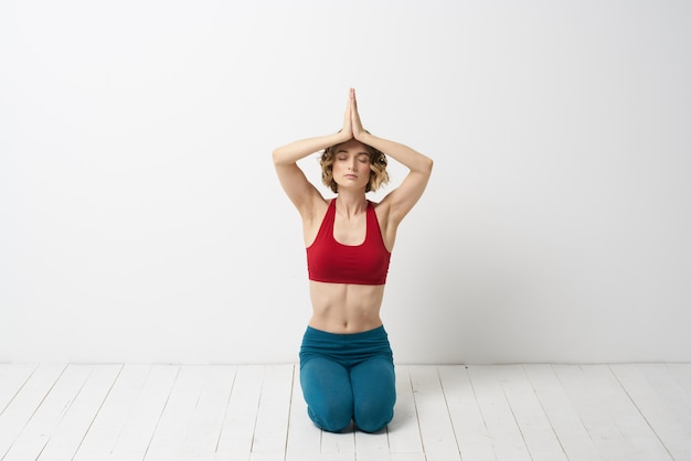 若い女性は自宅でヨガやエクササイズを練習します