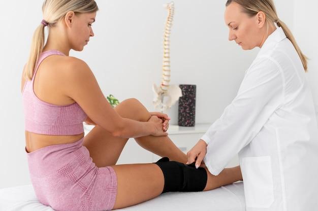 물리 치료 세션에서 운동을 하는 젊은 여성