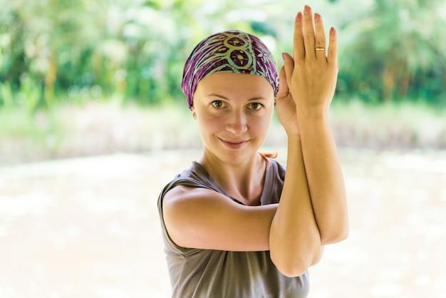 ガルーダサナを練習している若い女性