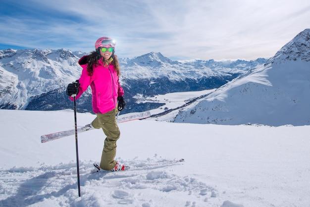 山でスキーを練習している若い女性