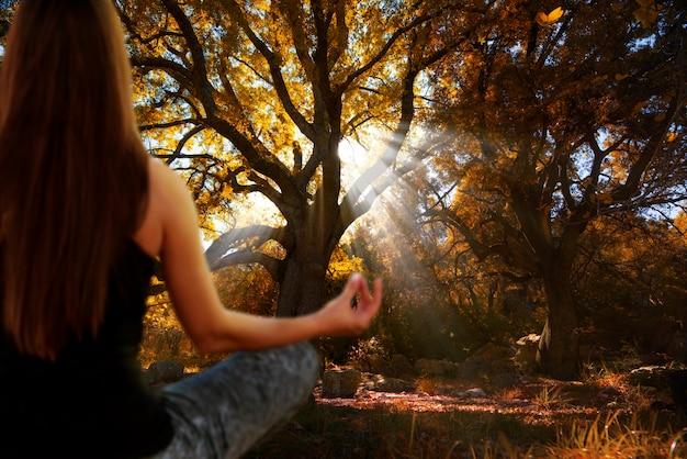 Молодая женщина, практикующая йогу и медитацию