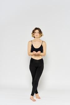 Молодая женщина упражнениями асаны йоги изолированные