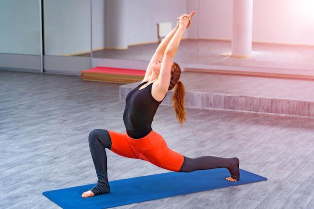 Молодая женщина упражнениями йоги. концепция здорового образа жизни.