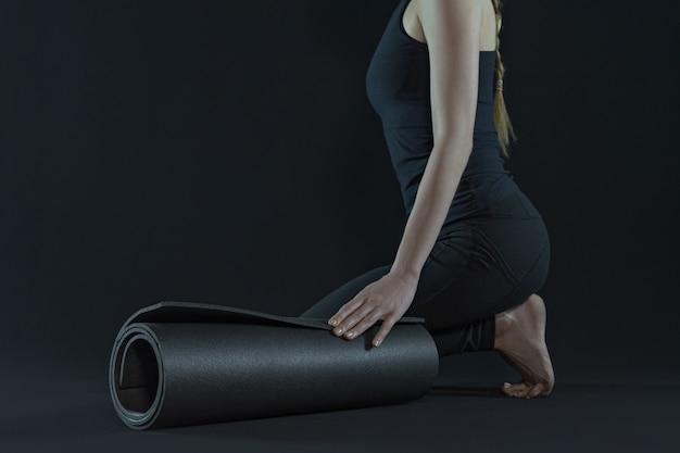 Молодая женщина упражнениями йоги с ковриком для йоги