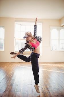 Молодая женщина танцует хип-хоп