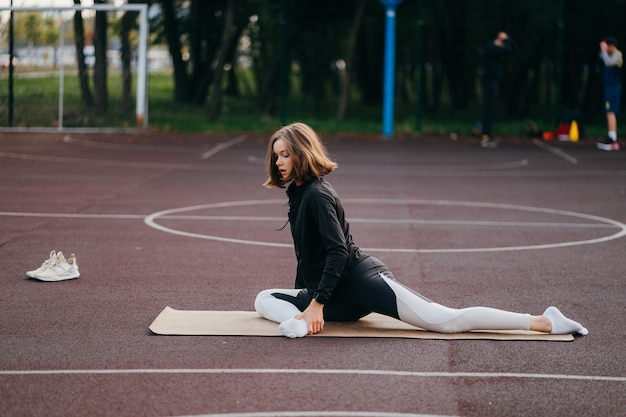 ジムの外で練習している若い女性