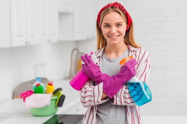 Молодая женщина готова убрать