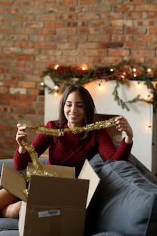 クリスマスの装飾を準備する若い女性