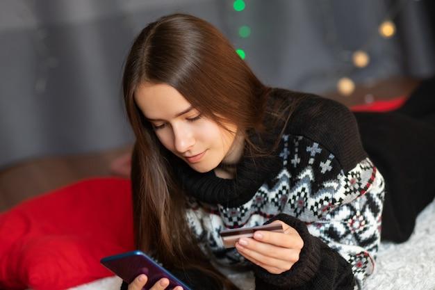 クリスマスの準備をしている若い女性
