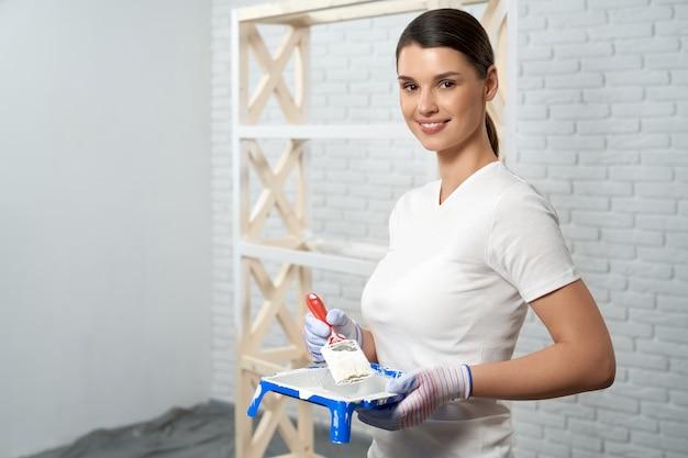 Молодая женщина готовится к покраске стойки