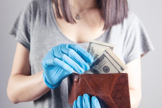 젊은 여자 장갑 지갑에서 돈을 끌어