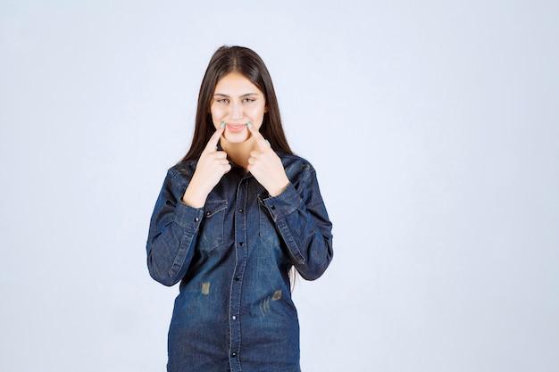 Молодая женщина высунула язык изо рта
