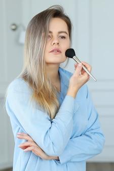 若い女性が化粧をします。