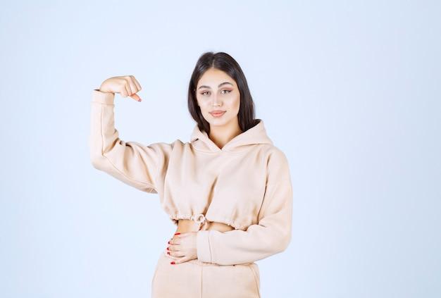 拳を上げて力強く感じる若い女性