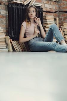 家で本を読む若い女性