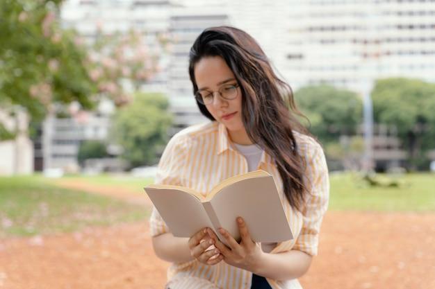 Молодая женщина читает интересную книгу