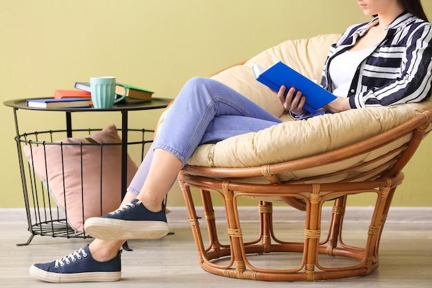 집에서 책을 읽는 젊은 여자