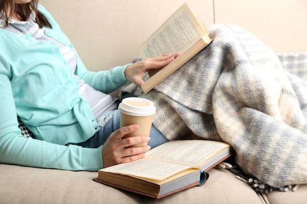 家のインテリアで、本を読んで若い女性