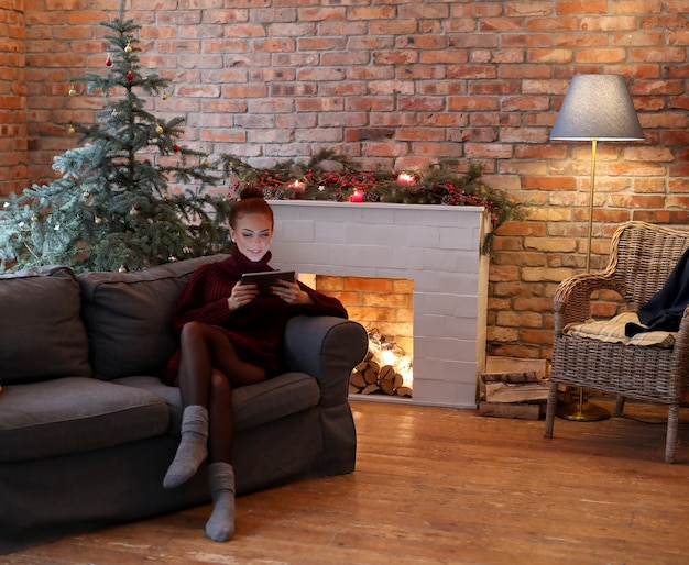 電子ブックから読んでいる若い女性