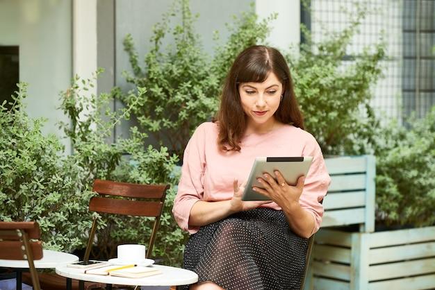뉴스 기사를 읽는 젊은 여성