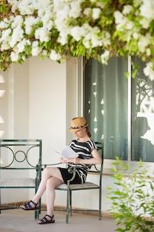 Giovane donna che legge all'aperto