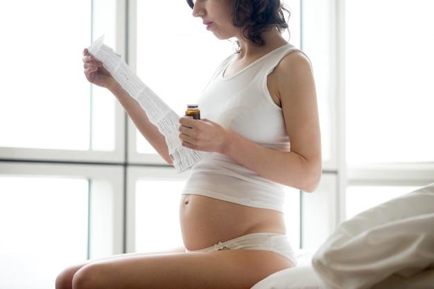 Istruzione delle pillole di lettura giovane donna