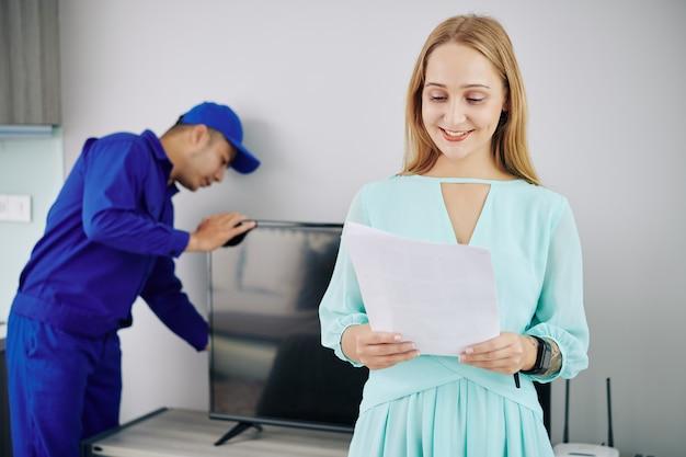 서비스 계약을 읽는 젊은 여자