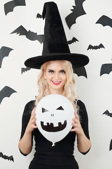 Молодая женщина готова к хэллоуину