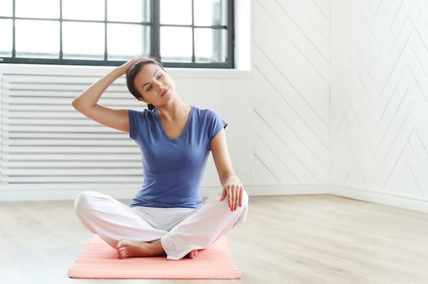 Молодая женщина готова делать упражнения йоги