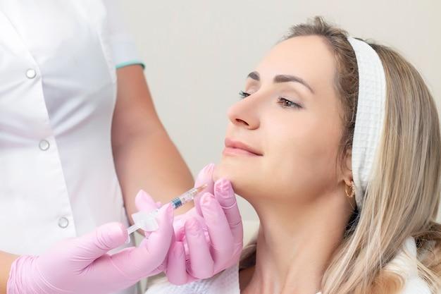 Молодая женщина получает косметические инъекции