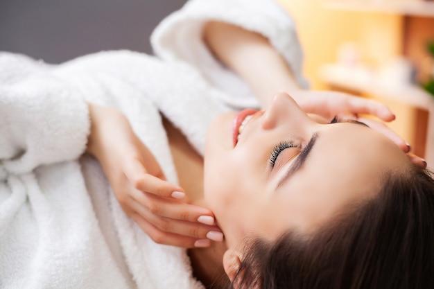 Молодая женщина получает косметические услуги в спа салоне