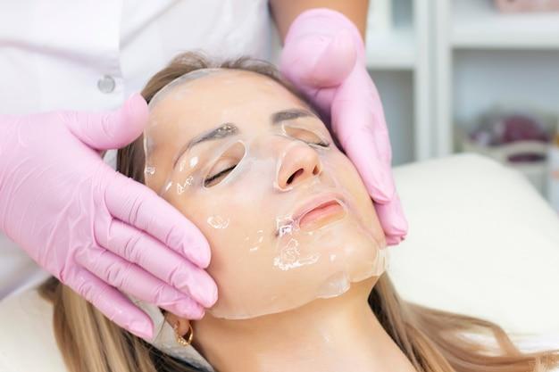 洗顔治療を受けている若い女性