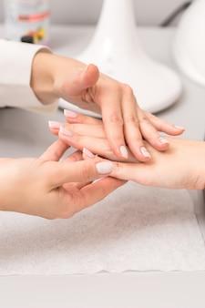Молодая женщина получает масляный массаж