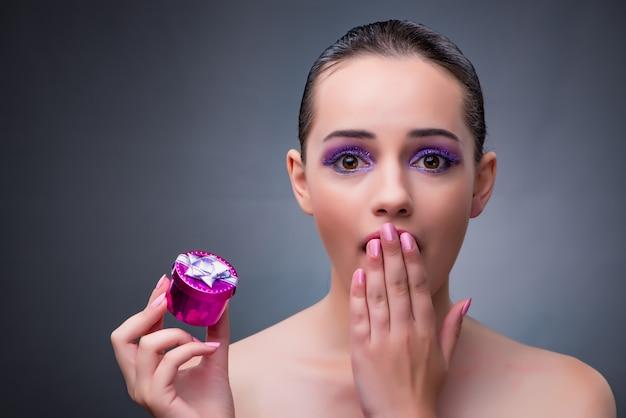 작은 giftbox받는 젊은 여자