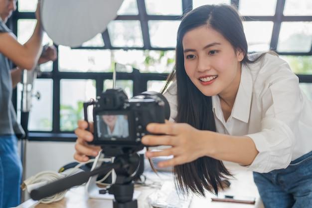 Молодая женщина записывает видеоконтент на свой канал
