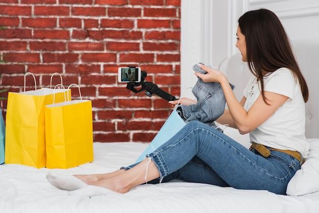 若い女性が彼女のビデオブログの記録