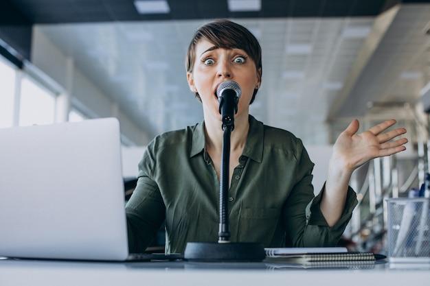 스튜디오에서 연기하는 젊은 여자 녹음 음성